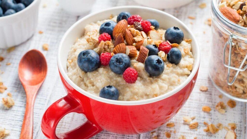 Desayuno con avena y frutas